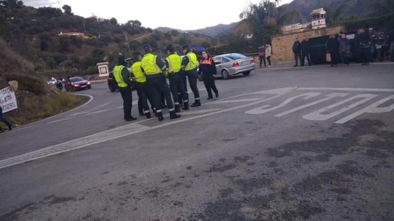 Varios guardias civiles regulan el tráfico en el enjambre de Totalán.