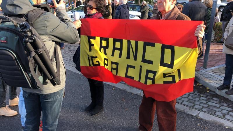 """""""Franco Gracias"""", en los lemas de Mingorrubio el día de la exhumación de Francisco Franco"""
