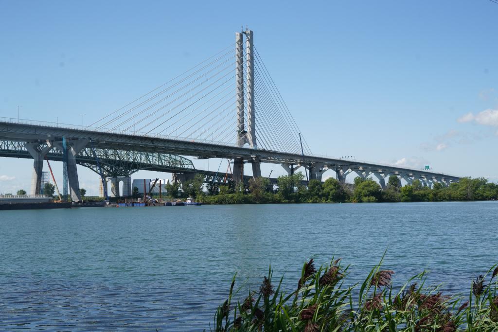 El puente de Champlain, que une Canadá con EEUU, es una espectacular obra de ingeniería, con un gran vano atirantado y accesos en vigas rectas de hormigón prensado